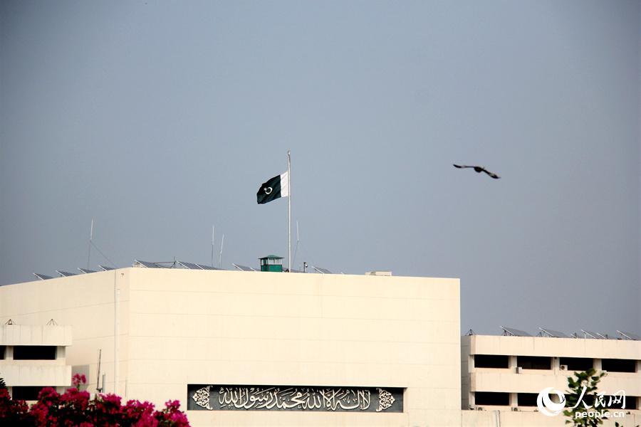 15日,巴基斯坦国民议会大楼降半旗为恐袭死难者致哀。记者丁雪真 摄