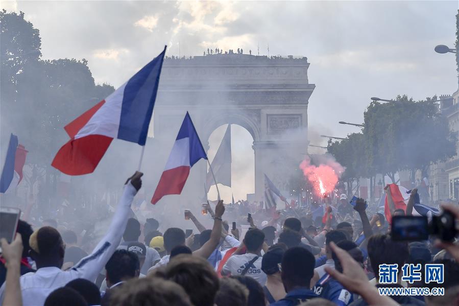 7月15日,法国球迷在巴黎香榭丽舍大街上庆祝法国队夺冠.当日,在