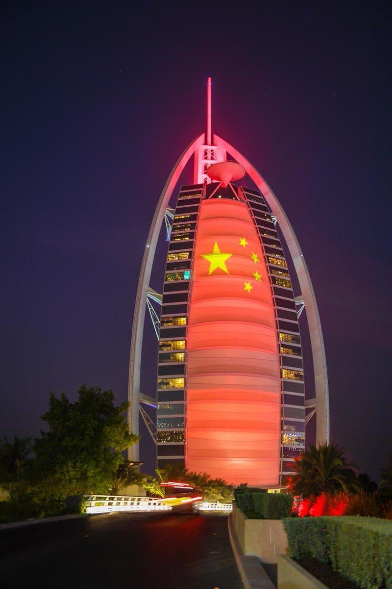 迪拜阿拉伯塔(帆船酒店)飘红。图片来源:今日阿联酋网站