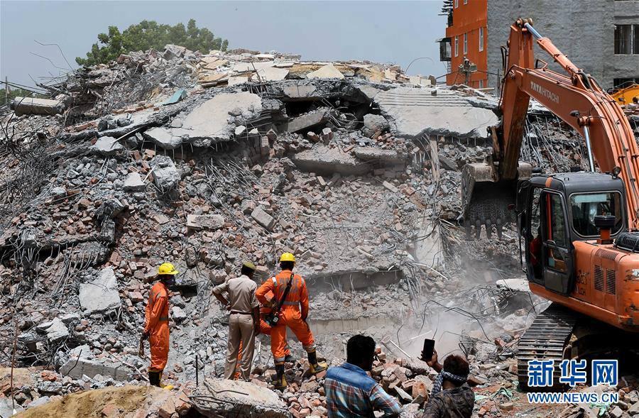 7月19日,在印度北方邦沙阿贝里村,救援人员在事故现场工作。