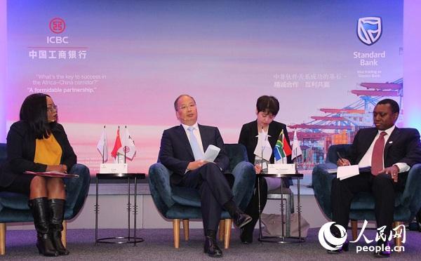 在金砖国家领导人峰会即将在南非召开之际,中国工商银行董事长易会满(左二)、标准银行集团首席执行官(右一)在南非约翰内斯堡接受了记者现场采访。摄影王磊