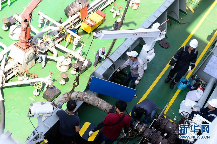 """中远""""天恩""""轮在韩国釜山进行抛锚燃油补给"""