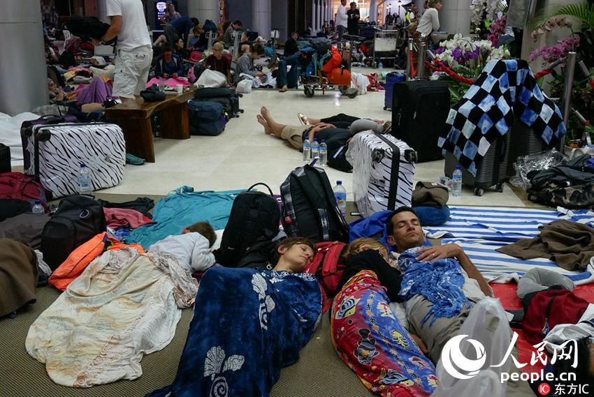 印尼龙目岛震后 外国游客滞留机场