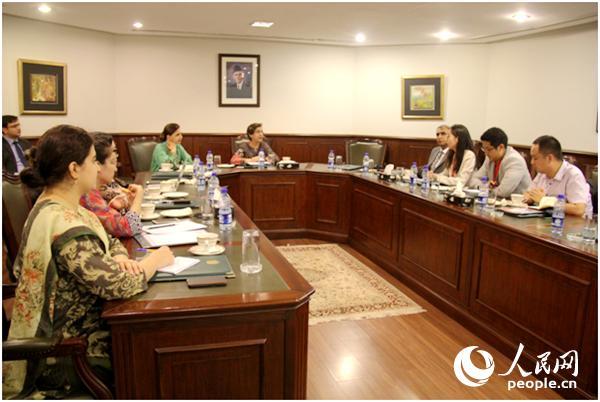 7月30日,巴基斯坦外交国务秘书塔米娜·詹久阿(中)在伊斯兰堡接受5家中国媒体的采访。人民网记者  暨佩娟摄