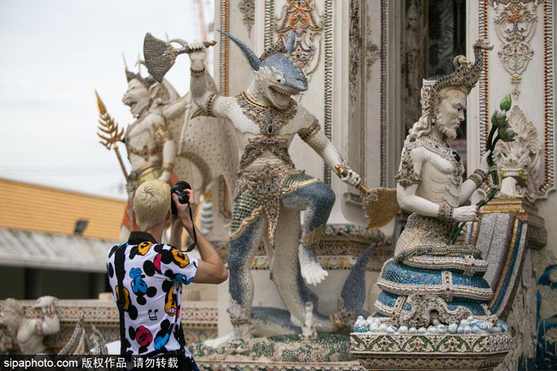 曼谷教区的Ratchasongkram神庙用来自世界各地的卡通超级英雄和其他人物装饰了神庙的礼拜堂。