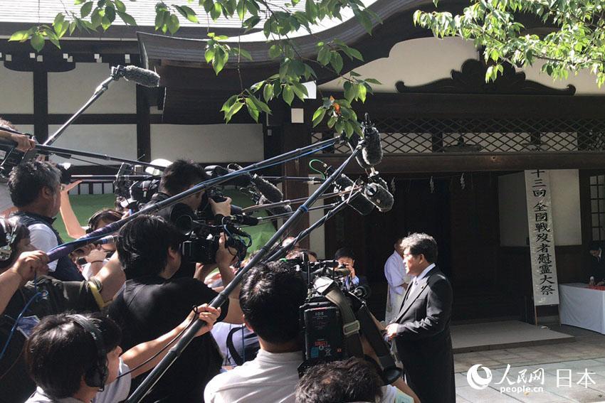 日本自民党代理干事长萩生田光一参拜后接受媒体采访