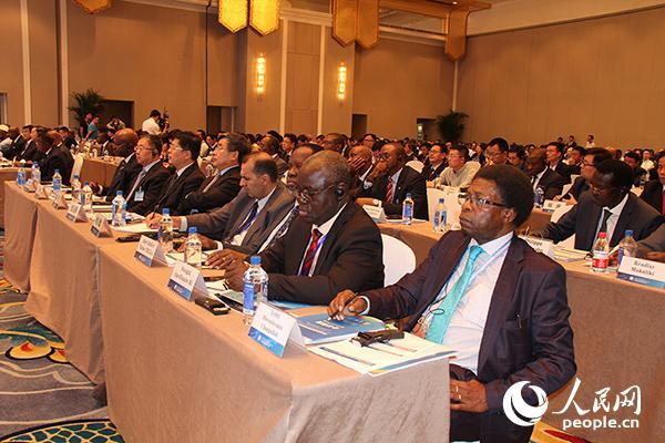 论坛现场上百位中非嘉宾认真聆听
