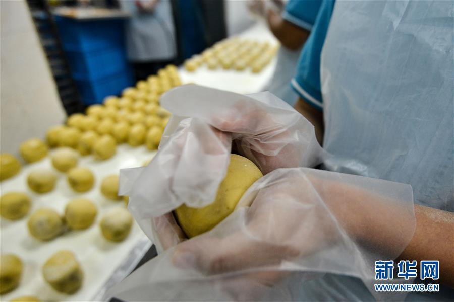 马来西亚:做月饼 迎中秋