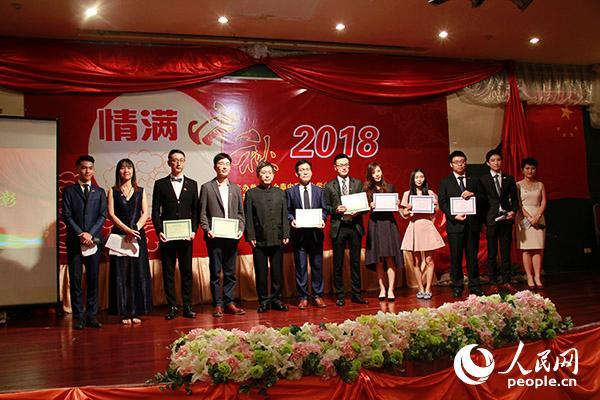 吕健大使和全泰中国留学生学者联合会学生骨干合影留念。
