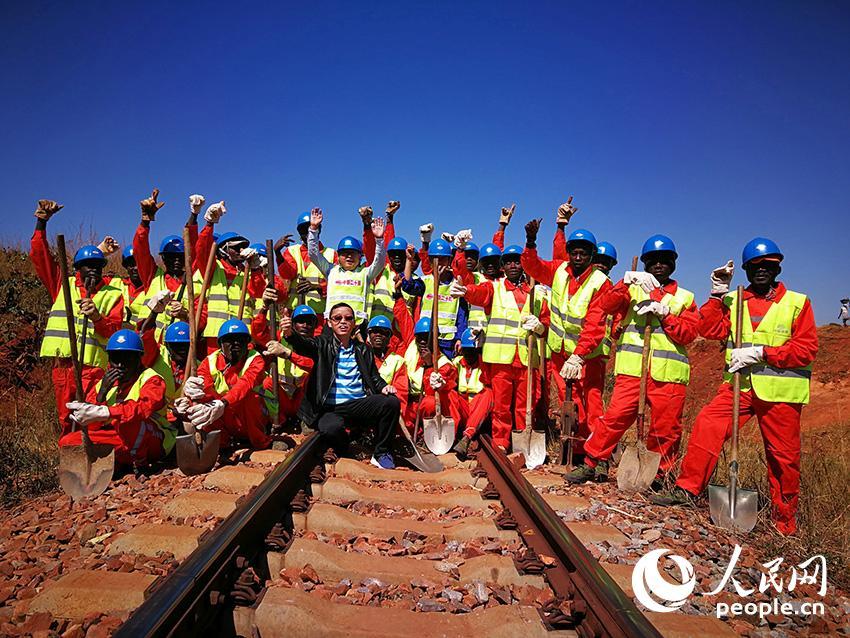 中铁二十局承建的本格拉铁路建设期间,中国与安哥拉员工在工作间隙。