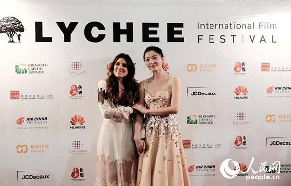本届电影节大使――西班牙女演员阿德里亚娜・乌加特和中国女演员齐溪亮相红毯