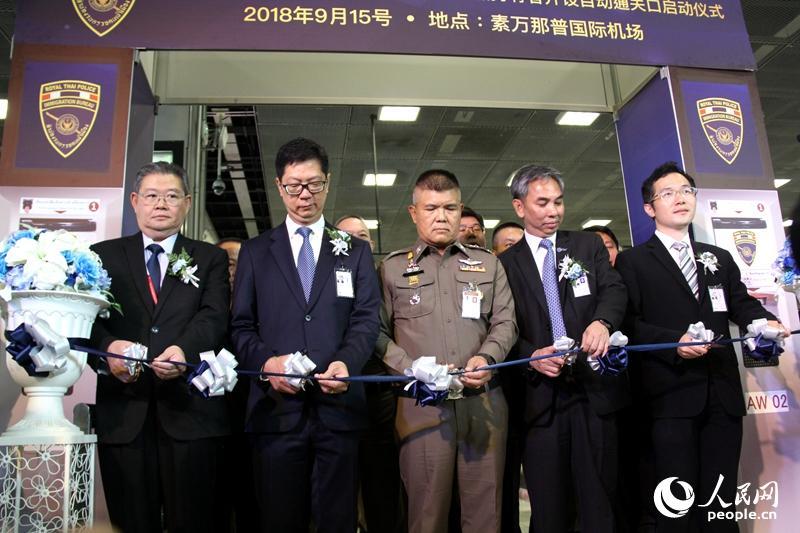 中国香港旅客自助通关通道开通仪式现场。孙广勇摄