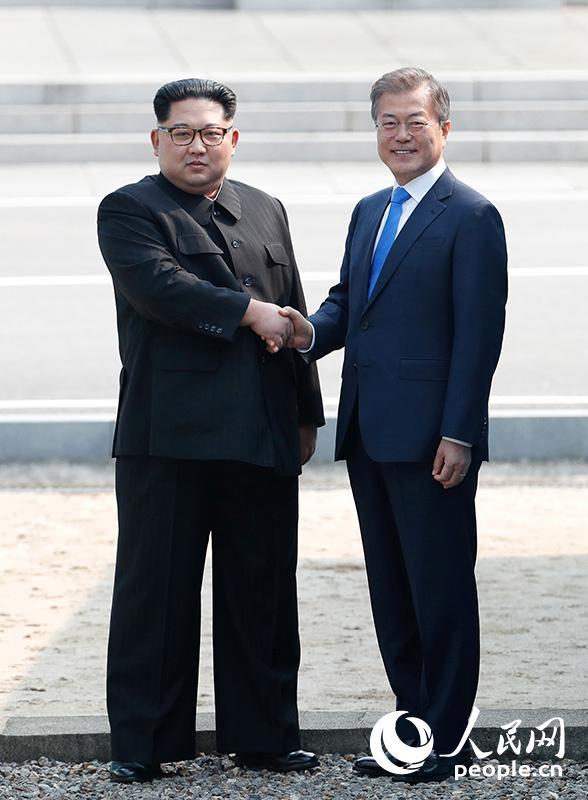 4月27日,朝鲜最高领导人金正恩(左)与韩国总统文在寅(右)在板门店握手。(图片来源:韩朝首脑会晤共同采访团)