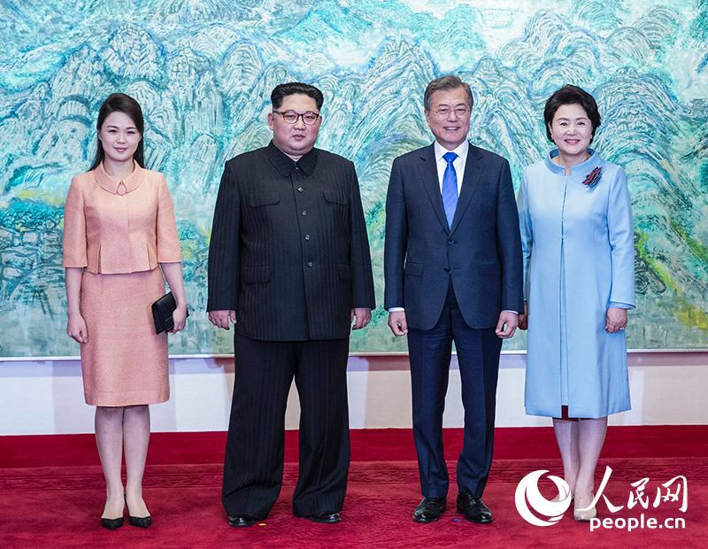 """当地时间2018年4月27日,韩国总统文在寅在板门店""""和平之家""""为朝鲜领导"""