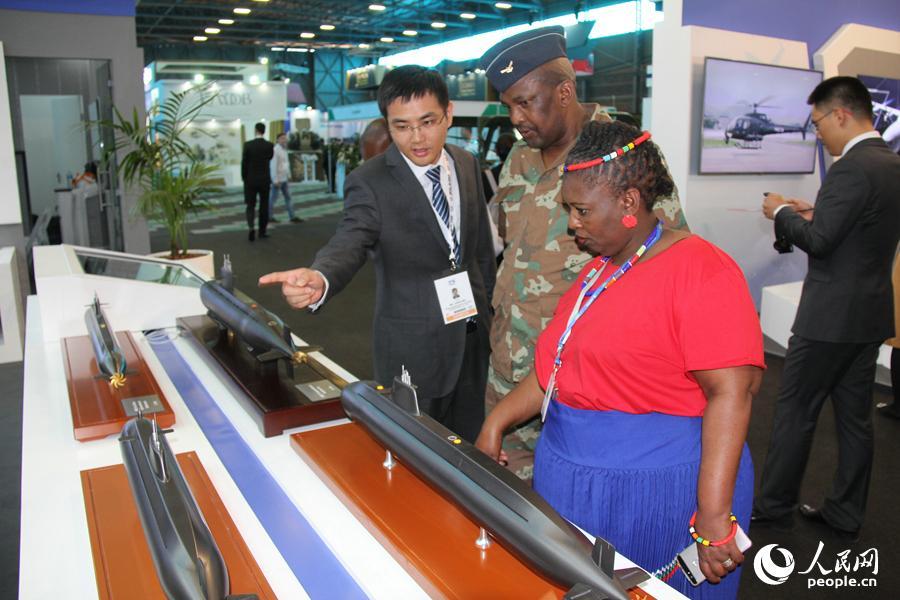 """非洲代表团在参观""""中国防务""""展台上展出的潜艇模型。 李志伟摄"""