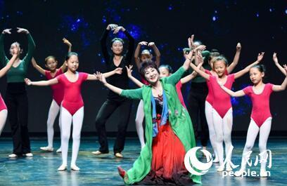 中国宋庆龄青少年科技文化交流中心的小学员们与陈爱莲老师共同表演舞蹈《天路》。