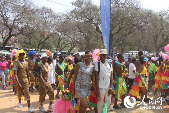 参与游行的南非民众 (摄影 万宇)