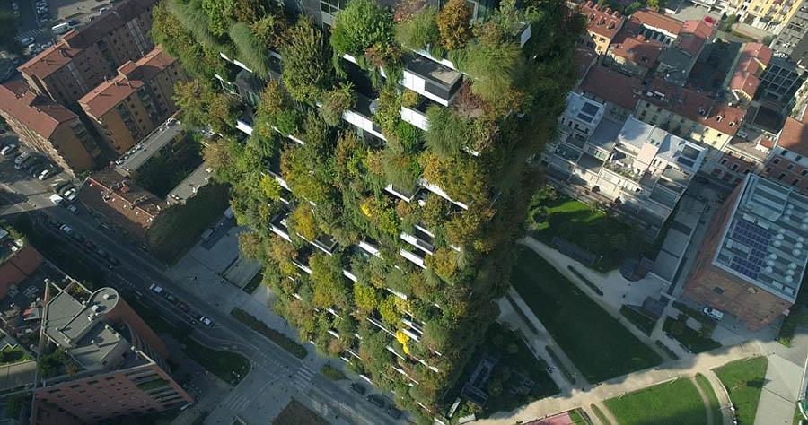 米兰的垂直森林Il Bosco Verticale 米兰的住宅塔楼,为可持续住房设立了新标准。 大约17,000棵树木及植物装饰着摩天大楼,将它们变成引人注目的垂直森林。 绿色建筑创造了自己的小气候,叶子有助于过滤细颗粒,改善空气质量。