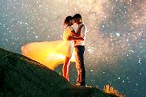 外国摄影师镜头捕捉星空下的浪漫情侣