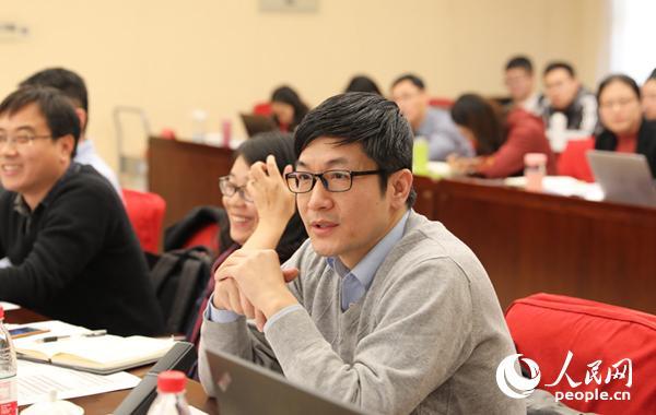中国社会科学院日本钻研所政治室主任、钻研员吴怀中在论坛上说话 (贾文婷 摄)
