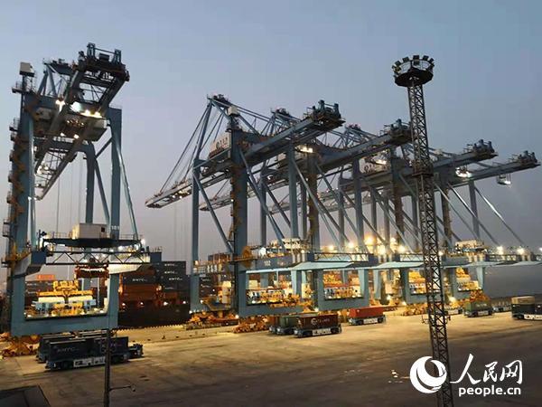 """2016年10月在东京举行的第十一次中日韩经贸部长会议上,中国商务部提出倡议,支持三国地方间开展更多务实合作,提出了将""""青岛作为中日韩地方经济合作示范城市""""的议题,并与日韩方面进行了多方面讨论。图为青岛港集装箱全自动化泊位正在进行无人作业。"""