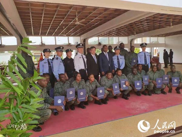 图为图瓦德拉总统和陈栋大使分别为20名参训学员颁发培训结业证书。
