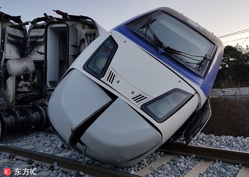 韩国载198人高铁脱轨 致14人受伤