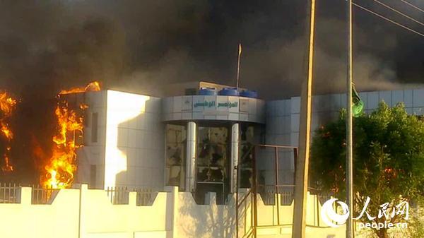 图为苏丹阿特巴拉市执政党大楼遭焚毁