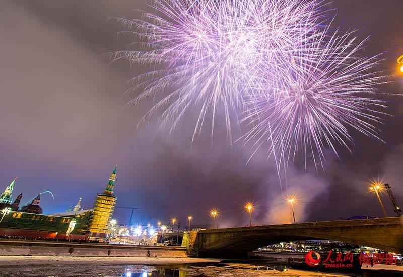 2019莫斯科跨年烟火炫彩夺目(人民网记者 屈海齐 摄)