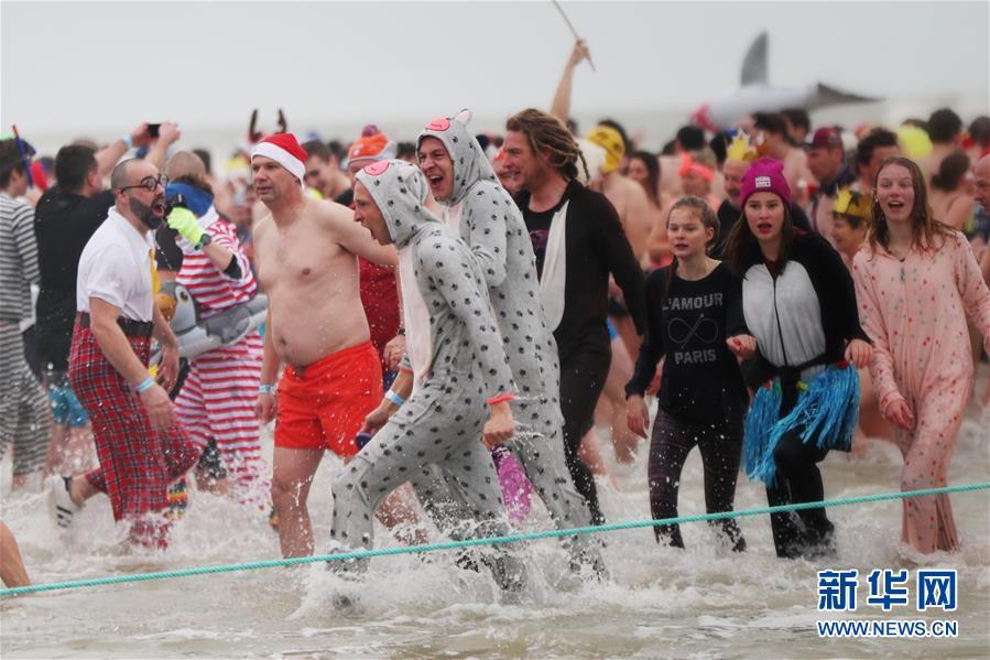 比利时奥斯坦德:跳进北海庆新年