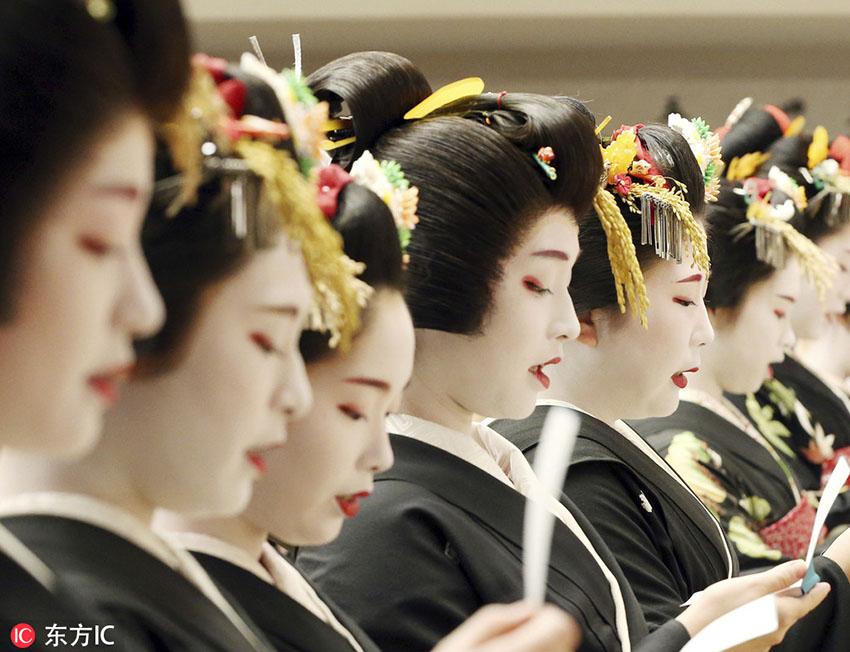 日本艺伎参加新年典礼 唇红面白分外吸睛【查看原图】