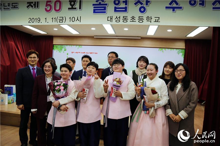 2019年1月11日,位于韩国京畿道坡州市的台城洞小学举办了第50届毕业典礼,送走了4名毕业生。 记者 陈尚文摄