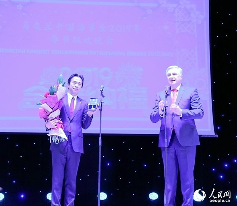 基辅格里琴科大学校长奥格涅夫尤克向杜伟大使颁发格里琴科奖章,以感谢中国驻乌克兰大使馆长期以来对大学的支持。