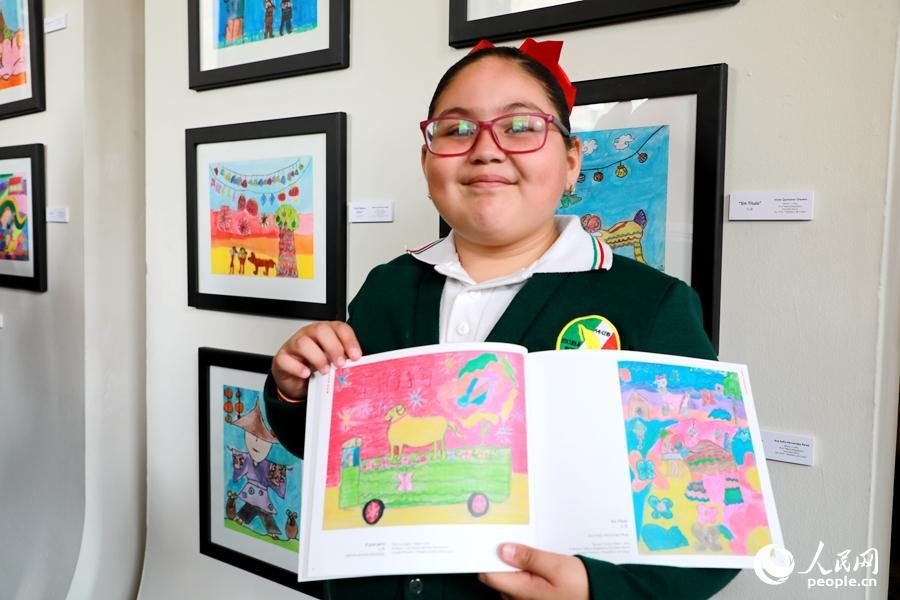 9岁的参赛选手瓦伦提娜和她的作品《一年的狗》。刘旭霞 摄