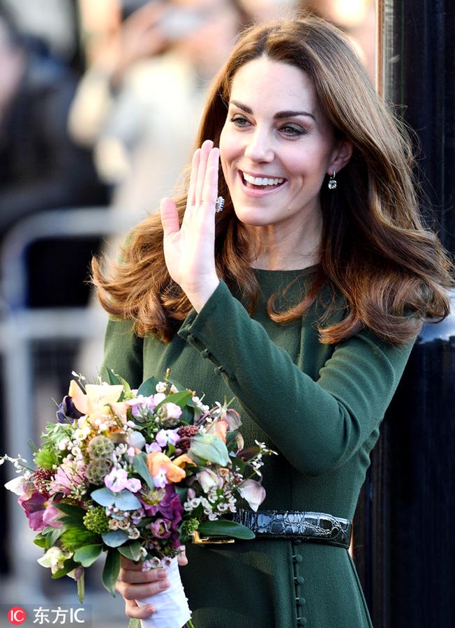 凯特王妃墨绿长裙现身社区公益机构 获粉丝送花春风满面