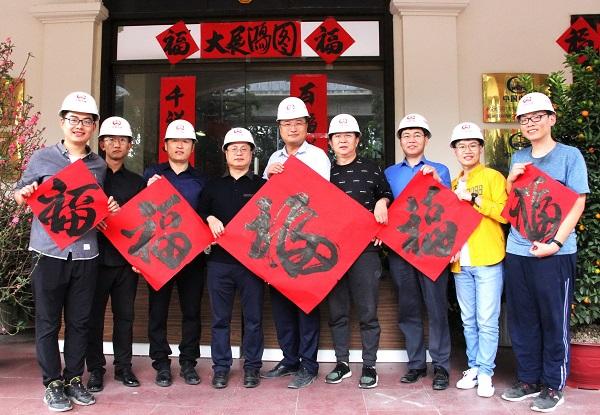 河内轻轨线上的中国建设者,向祖国和亲人送上新春祝福。刘刚 摄