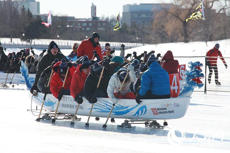 渥太华举行第三届冰上龙舟赛