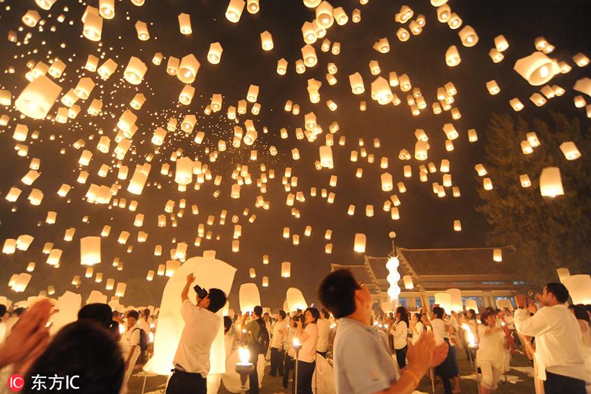 """水灯节(Loy Krathong Festival)是泰国最有特色的节日之一,而清迈的水灯节又是整个泰国最特别的,清迈的Loy Kratong也称为YiPeng,除了向河里放水灯祈福之外,还会向空中放天灯,清迈的国际YiPeng节还会组织上万人一起放天灯,实属壮观,万人天灯被誉为""""泰国七大奇迹""""之一。(东方IC版权作品 请勿转载)"""
