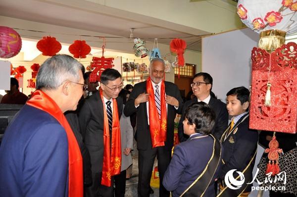 图为驻巴大使姚敬与伊斯兰堡孔子学院合作学校的学生代表亲切交流