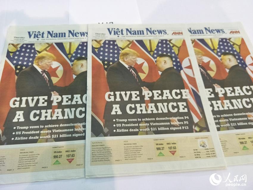 """《越南新闻》头版刊发金正恩与特朗普27日会面握手的照片,标题为""""给和平一个机会""""。"""
