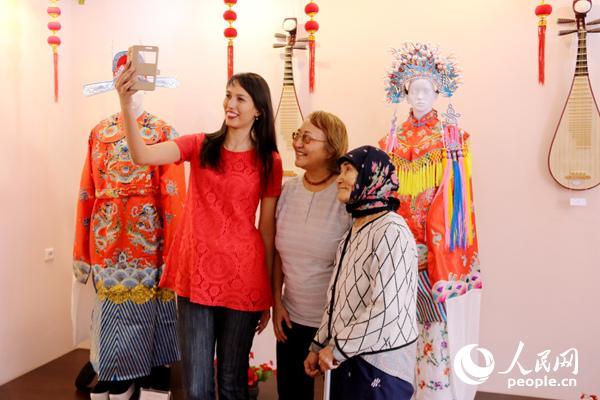 在26日进行的中国手工艺作品展上哈萨克斯坦观众自拍留念(周翰博摄)