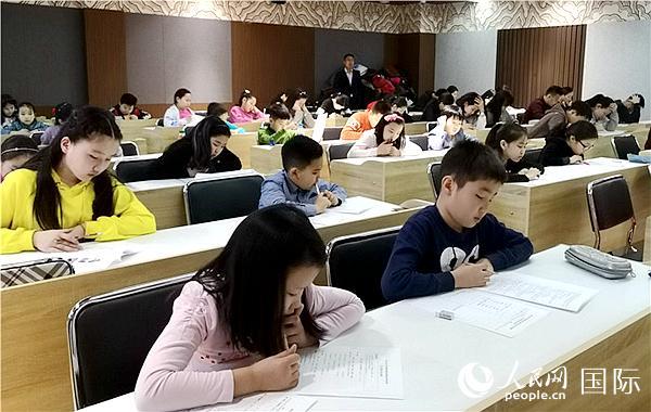 3月10日,中蒙文化教育暨社会发展基金会2019年中小学生春季奖助学金选拔考试蒙古国立大学考场。(图片来源:基金会)