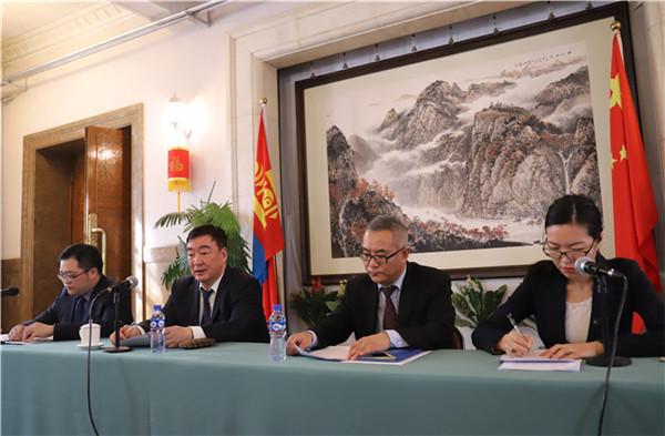 3月15日,邢海明(左二)大使在中国驻蒙古国大使馆宣介两会情况。