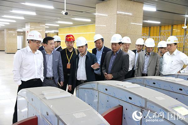 越南交通运输部视察河内吉灵—河东线轻轨工程。