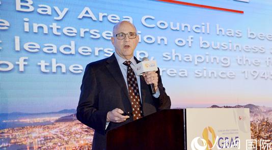 旧金山湾区委员会主席吉姆·伍德曼发表主题演讲