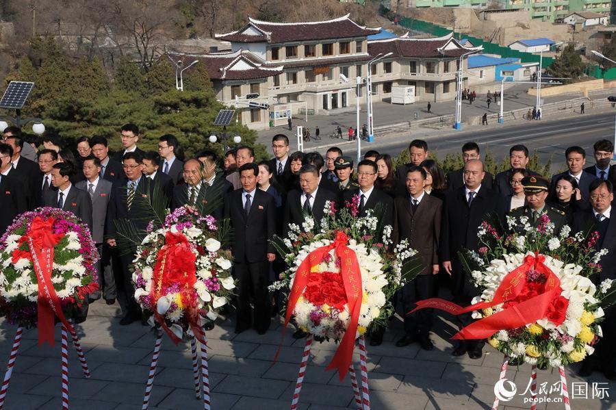 中国驻朝鲜大使馆在平壤举行向友谊塔敬献花圈活动(记者 莽九晨 摄)