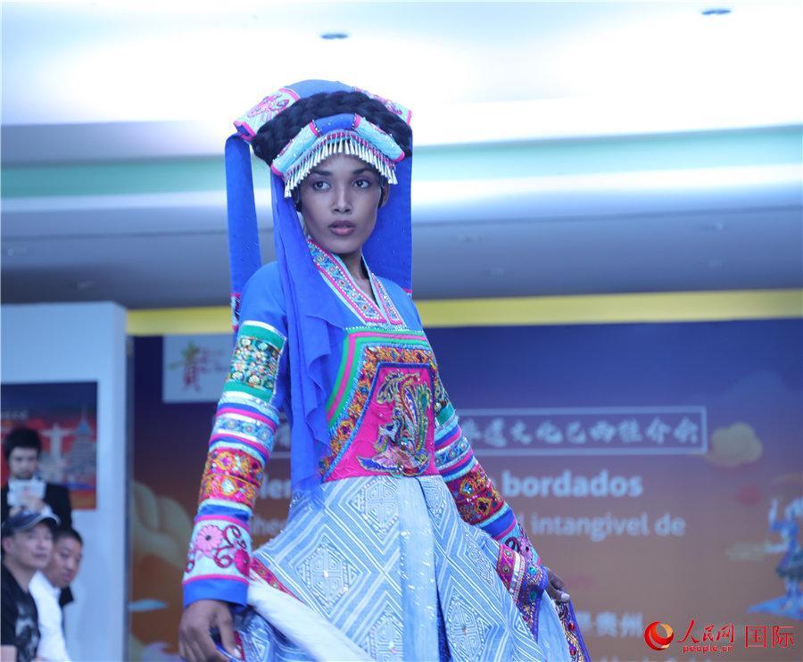 """4月3日,巴西模特在""""贵绣熠彩——中国贵州非遗文化巴西推介会""""上展示具有贵州民族特色的服饰。(记者 朱东君摄)"""