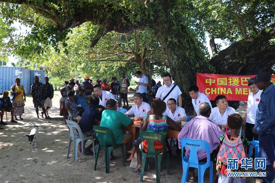 树荫下的诊疗室—中新社为—记中国援巴新医疗队
