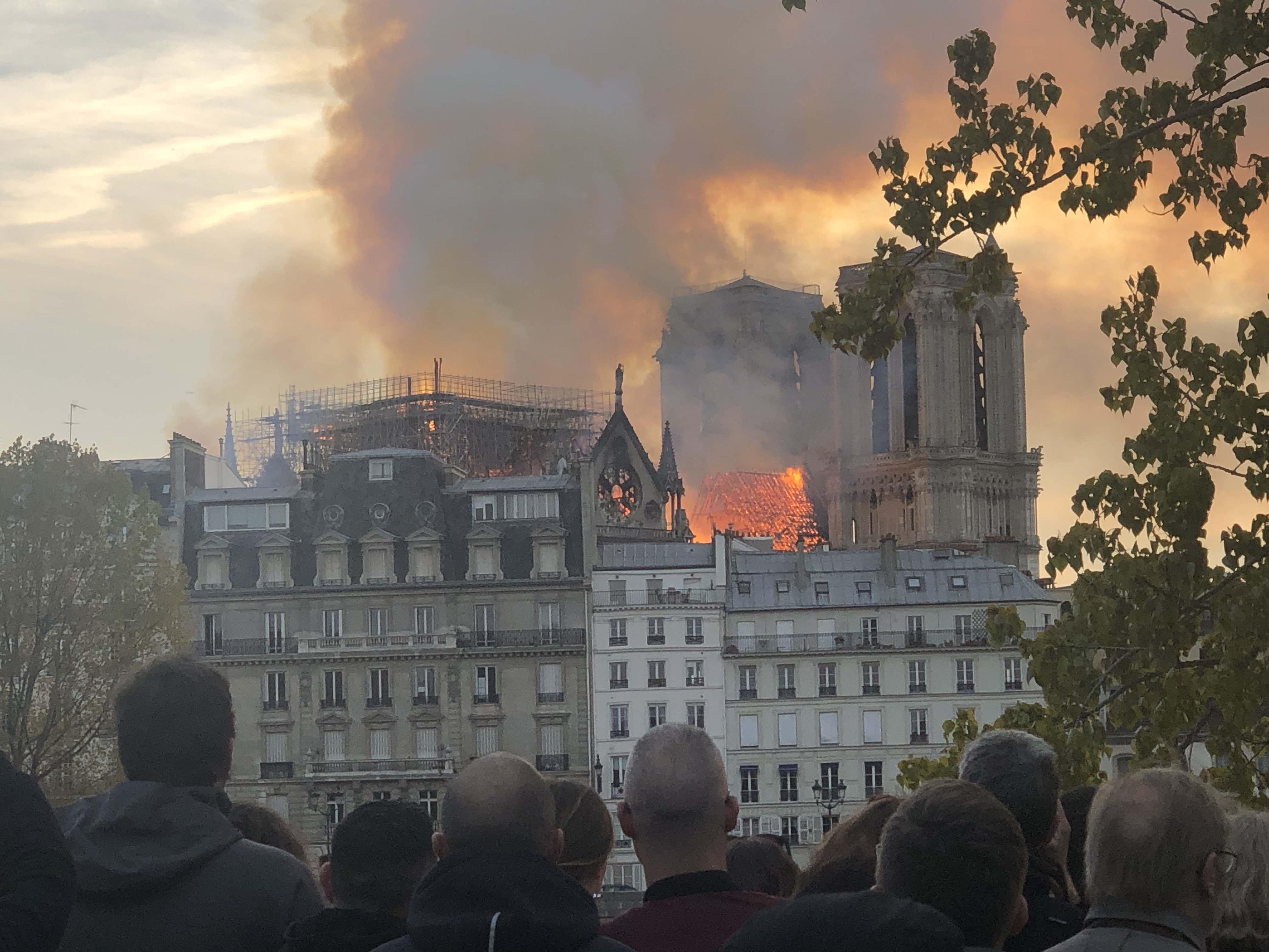 法方:空中灭火会导致巴黎圣母院整体坍塌