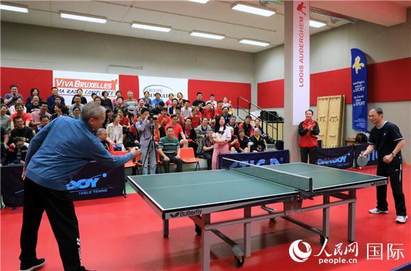 中国驻欧盟使团团长张明大使和中国驻比利时大使曹忠明为乒乓球赛开赛。记者 任彦 摄